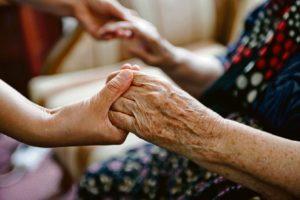 Кто может оформить уход за пенсионером?